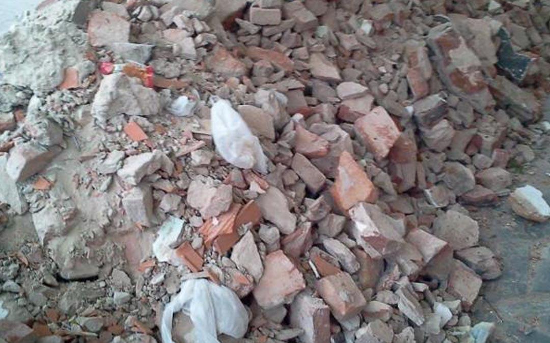 Trabajadores de la UAS dejan el escombro en la calle