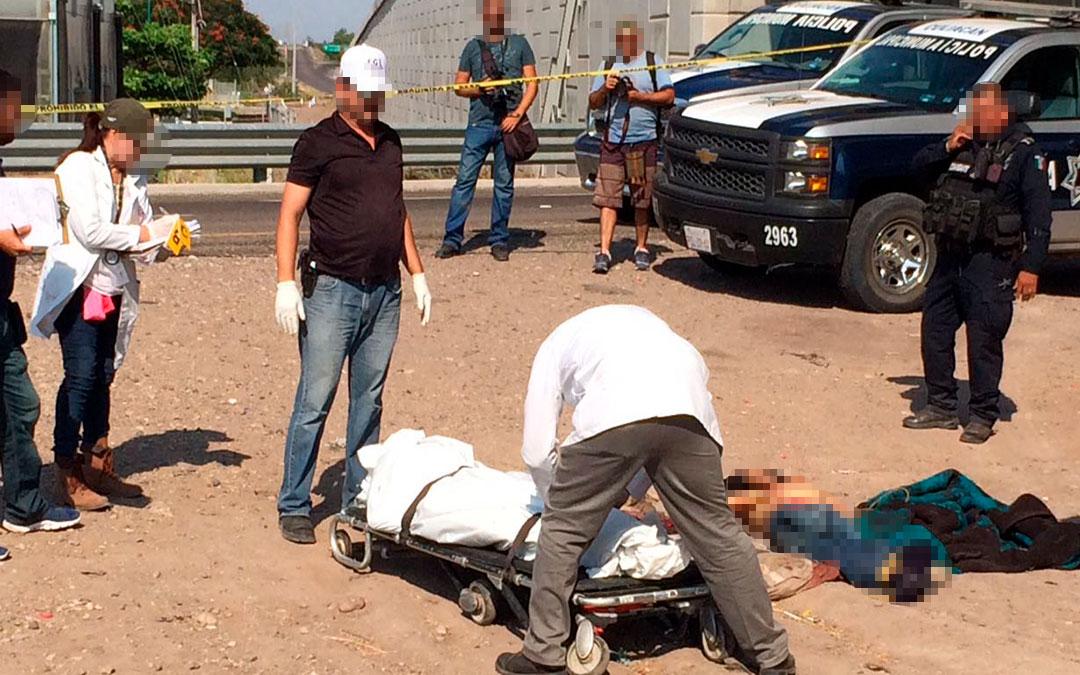 Abandonan tres cuerpos junto autopista