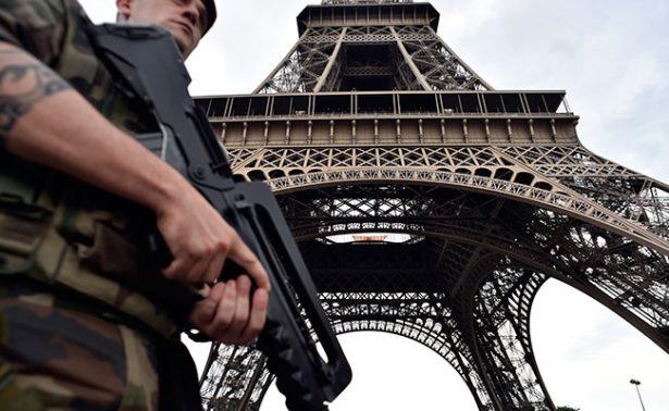 Detienen a hombre armado en la torre Eiffel