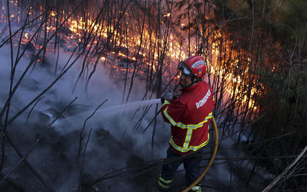 Bomberos combaten incendios en Portugal
